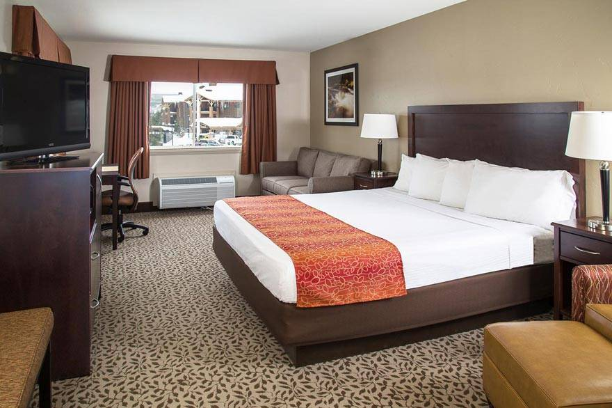 Gray Wolf Inn and Suites deluxe king room