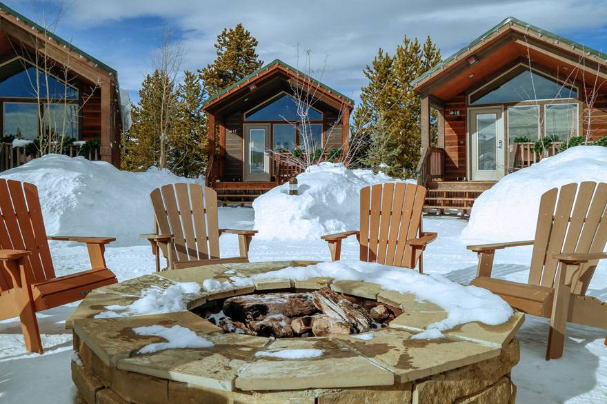 Top 10 winter activities yellowstone vacations west for Cabina explorer west yellowstone